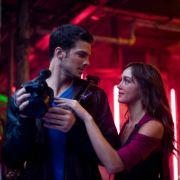 Natalie und Luke tanzen nicht nur gemeinsam - auch unterstützt sie ihn dabei, seine Leidenschaft für seine Kamera auszubauen.