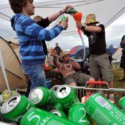 Ein Bierchen in Ehren: Doch bei Festivals sollte es nicht zur Hauptnahrungsquelle werden. Denn Alkohol entzieht dem Körper Wasser, was bei heißen temperaturen schnell zum Hitzschlag führen kann.