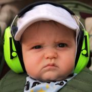 ... Ohrenschützer zu tragen. Sicher für die Lauscher, doch der Musikspaß bleibt auf der Strecke - wie man dem Probanden ansieht.