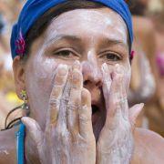 Bei Festivals scheint es nur zwei extreme Wetterbedingungen zu geben: Entweder flutartige Regenfälle oder brütende Hitze. Bei starker Sonneneinstrahlung sind Sonnencreme und eine Kopfbedeckung, die vor einem Sonnenstich schützt, Pflicht.