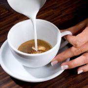 Latte Art ist kein Geheimnis. News.de verrät, wie sie selbst Kunst auf ihren Kaffee zaubern.