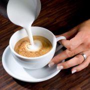 Gießen Sie nun den Milchschaum vorsichtig und nicht zu schnell in die Tassenmitte. Tipp: Nur frisch zubereiteten Schaum verwenden, da sich sonst Milch und Schaum wieder trennen. Achten Sie auf einen Abstand zur Tasse, um die Crema des Espresso zu erhalten