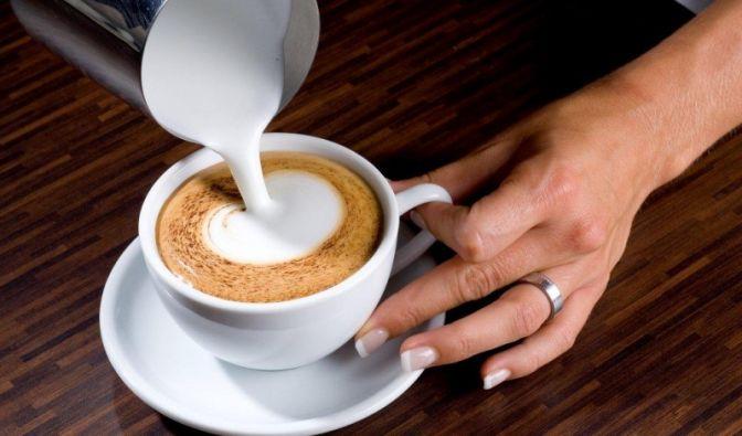 Langsam bildet sich ein weißer Punkt in der Tassenmitte. Achten Sie darauf, langsam und mit ruhiger Hand zu gießen.