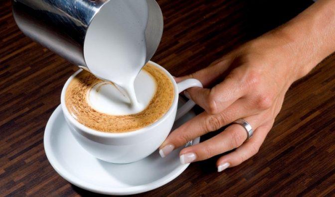 Gießen Sie vorsichtig weiter, bis die Tasse voll ist und unser Punkt, der die Basis für unser Herz bildet, gewachsen ist.