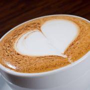 Mit einem schnellen und schwungvollen Abgang ziehen Sie den Milchschaumstrahl aus der Tasse. Ein Herz entsteht.