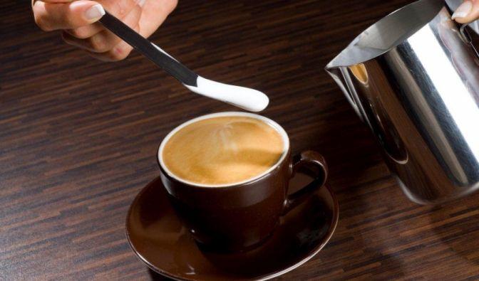 Sie können nicht nur mit Schaum, sondern auch mit Schokosoße Ihren Kaffee verschönern. Diese Technik heißt Carving.