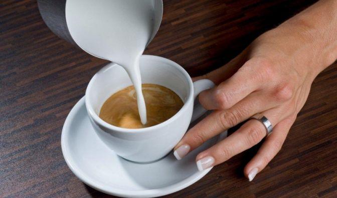 Wie kommt ein Blatt auf den Kaffee?