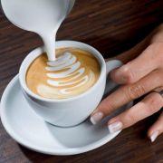 Am Tassenrand bleiben Sie mit der Milch etwas länger an einem Punkt stehen, um so den Blütenkopf zu formen.
