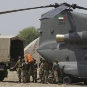 Die Nahrungs-, Kleidungs- und Medikamentenhilfe rollt langsam an - viel zu spät, wie Kritiker betonen. Hubschrauber bringen Erste-Hilfe-Pakete ins überflutete Pakistan...
