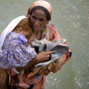 Die Menschen versuchen, das Wichtigste zu retten und aus den betroffenen Gebieten zu fliehen. Dort bedroht verschmutztes Trinkwasser, fehlende sanitäre Anlagen und eine zerstörte medizinische Grundversorgung die Gesundheit derMenschen.