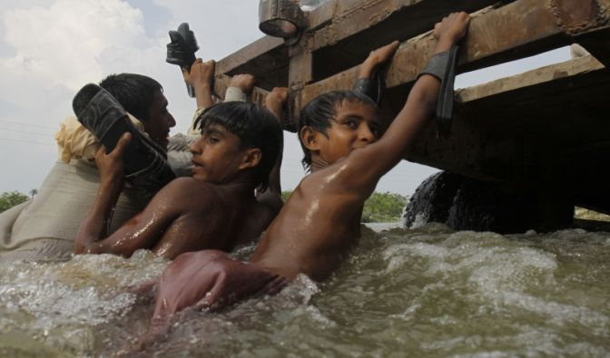 Fünf Millionen Kinder leider unter den Wassermassen, die Tod und Hunger ins Land gebracht haben. Noch immer ist das gesamte Ausmaß der Katastrophe nicht abzusehen. Unterdessen nehmen Plünderungen im Land