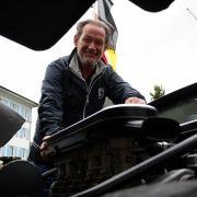 Sonst ist der Wagen serienmäßig, erklärt Balboni,ehemaliger Cheftestfahrer von Lamborghini,  mit einem Lächeln, es gab sonst keine Extras bei dem Wagen - nur die Klimaanlage.
