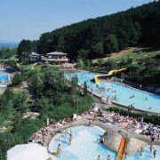 Die Anlage und die Becken im Terrassenbad im fänkischen Bad Kissingen breiten sich auf verschiedenen Terrassen aus - an einem der sonnigsten Hänge der Bayerischen Rhön.