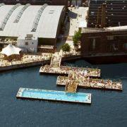 Eine ausgefallene Schwimmlocation bietet das Badeschiff im Berliner Osthafen. Ein altes Transportschiff wurde als Pool umgebaut, der auf der Spree schwimmt.