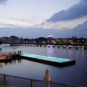 Das Badeschiff ist über hölzerne Sonnendecks erreichbar, auf denen ab und zu Konzerte und Partys stattfinden - vor allem nach Sonnenuntergang.