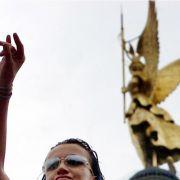 Oben ohne abgehn: Zwei Raverinnen bei der Loveparade vor acht Jahren in Berlin.