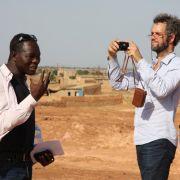 Christoph Schlingensief und Francis Kéré in Burkina Faso.