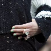 Chanel brachte den Stein ins Rollen. Jade war eigentlich nur für den Laufsteg gedacht - und dann in aller Munde, bevor es sich im Oktober 2009 endlich auch das Volk auf die Nägel schmieren durfte.