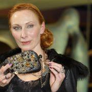 Clutch-Bag mit Glitzer-Sammelsurium. Schauspielerin Andrea Sawatzki zeigt sich bei der Premiere zu Jud Süß - Film ohne Gewissen glamourös. Tasche passt zur Kette passt zu den Fingernägeln.