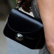 Frankreichs First Lady hat so viele Schlagzeilen in der Klatschpresse zu verkraften, da geht sie zumindest mit ihrer Taschenwahl auf Nummer sicher: Carla Brunis 3D von Dior ist so auffällig wie schlicht und kostet 2200 Dollar in der kleinen und 2400 Dolla