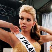 Die einstudierten Posen werden nochmal geübt, die Körpersprache erneut getestet. Lampenfieber bei Miss Finnland hinter den Kulissen der Miss-Universe-Show.