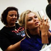Hinter der Bühne wurden die Welt-Schönheiten von Visagisten nochmals herausgeputzt. Hier werden gerade die Miss Slovakei, Anna Amenova, sowie Miss Serbien, Lidija Kocic, für die Show gestylt.