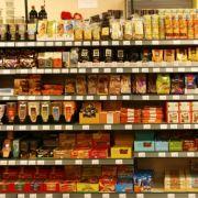 Meterlange Regale mit tausenden Produkten. Im mittleren Regalfach auf Augenhöhe befindet sich meist die teure Ware. Wer sparen will, sollte mal ein Stück tiefer nachsehen.