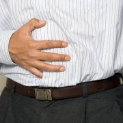 Die Magensäure schießt plötzlich in den Rachen, es brennt im Brustkorb oder Hals: Jeder fünfte Deutsche leidet unter Sodbrennen.
