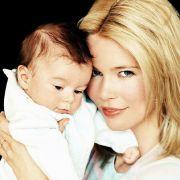 Claudia Schiffer hat kürzlich ihr drittes Kind zur Welt gebracht. Hier hält sie 2003 ihren Erstgeborenen Caspar auf dem Arm.