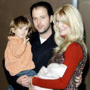 Der Mann an ihrer Seite ist der britische Filmregisseur Matthew Vaughn. Seit 2002 ist Claudia Schiffer mit ihm verheiratet.