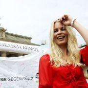 Für die Aktion Deine Stimme gegen Armut wirbt Topmodel Claudia Schiffer am 2005 vor dem Brandenburger Tor in Berlin.