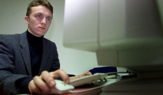 Wer die Hand und den Arm bei der Arbeit mit der Computermaus überlastet, dem droht eine Repetitive Strain Injury (RSI).