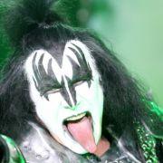 Seit fast 40 Jahren klettern Gene Simmons und seine Kiss-Kollegen für jedes Konzert in ihre Horror-Kostüme. Da kann man schonmal ins Hecheln kommen.