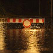 Ein Auto steht in Laatzen bei Hannover auf einer ueberfluteten Strasse hinter einer Absperrung. Nach ersten Angaben hatte der Fahrer eine von drei Absperbaaken beiseite geraeumt und war durch das Wasser gefahren, wodurch der Motor versagte. Der Fahrer mus