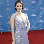 Emily Blunt fühlt sich sichtlich wohl in ihrem Lavendel-farbenden Kleid von Dior.