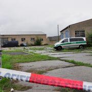 ... hinter dem grauen Tor lag eine zweite angeschossene Person, die später im Krankenhaus starb.