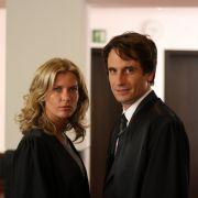 Valerie Niehaus mit Filmpartner Oliver Mommsen in einer Szene aus Sind denn alle Mänenr Schweine?