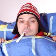 Die Nase läuft, der Kopf hämmert und der Hals kratzt: Eine Erkältung  sucht den Deutschen im Schnitt zweimal pro Jahr heim.