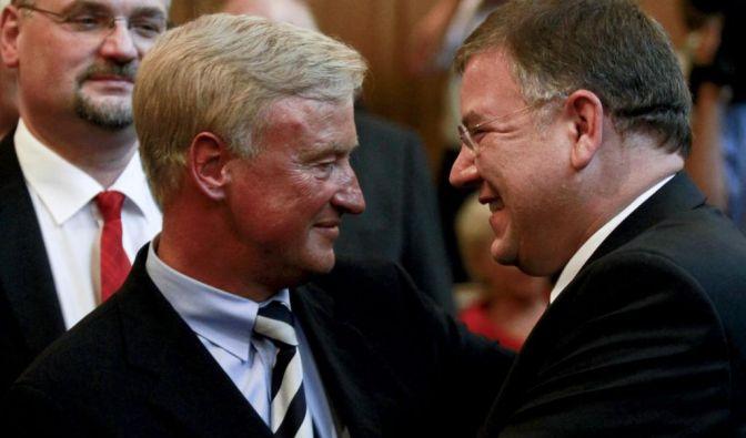 Ole von Beust (CDU, l.) geht in die Wirtschaft und begrüßt seinen Nachfolger im Amt des Regierenden Bürgermeisters von Hamburg, Christoph Ahlhaus (CDU).