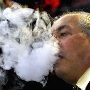 Tabakrauch ist das größte Einzelrisiko überhaupt. Alle sechs Sekunden stirbt auf der Welt ein Raucher. Die Wahrscheinlichkeit, am Glimmstengel ins Grab zu beißen, liegt in Deutschland bei eins zu 210. In der Kneipe kann ein Raucher schon fast beginnen, ab