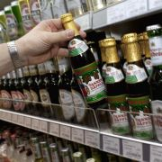 Jeder Deutsche trinkt im Schnitt 10,4 Liter reinen Alkohol pro Jahr - wir liegen damit weltweit auf dem sechsten Rang. Mehr als vier Millionen Bundesbürger sind akut vom Alkohol abhängig - für sie beträgt das Todesrisiko einer Leberzirrhose eins zu 480.