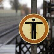 Pro Jahr bringen sich in Deutschland etwa 10.000 Menschen um. Die Suizidrate liegt bei 1:20.000. In Deutschland sterben also weitaus mehr Menschen durch den Freitod als im Straßenverkehr.