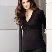 Viele Kleidungsstücke können schon in den ersten Monaten der Schwangerschaft gekauft werden. Dank elastischem Gummibund kann die Hose oft bis zum Ende der Schwangerschaft getragen werden.