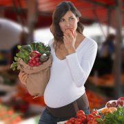 Von Basic-Teilen wie weißem Shirt und Jeans bis hin zum modischen Hingucker Bauchband können Schwangere ihre Rundungen vielfältig in Szene setzen.
