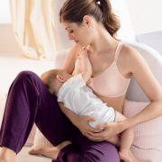Da sich die Brust im Laufe der Schwangerschaft verändert, besitzt der Still-BH eine besondere Stützfunktion. Außerdem erleichtert er das Stillen durch herunterklappbare Körbchen.
