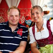 Lukas (21), der junge Rinderwirt, hat Regina (20, Hauswirtschafterin aus Bayern) zu sich auf den Hof eingeladen.