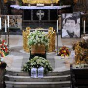 Umgeben von weißen Lilien wurde Hannelore Loki Schmidts Sarg in der Hamburger St. Michaelis Kirche aufgebahrt.