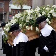 Sargträger bringen den Sarg von Loki Schmidt nach der Trauerfeier aus der Kirche.