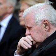 Alt-Bundeskanzler Helmut Schmidt gedenkt seiner verstorbenen Frau Loki. Während der Trauerfeier tröstete ihn seine Tochter Susanne, die neben ihm saß.
