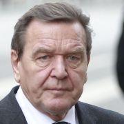 Viele Politiker nahmen Abschied von der Ehefrau des Bundeskanzlers a.D. Helmut Schmidt: Hier einer seiner Nachfolger - Gerhard Schröder mit seiner Ehefrau Doris Schröder-Köpf.